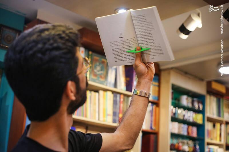 کنار صندوق، چشم علی به گیره های پلاستیکی کتاب می خورد و یکی از آن ها را برمی دارد. سرش را بالا می گیرد و می گوید برای کسانی که عادت دارند به صورت خوابیده کتاب بخوانند، این وسیله، خواندنشان را بسیار راحت می کند... من هم می گویم که از وقتی یک از این گیره ها دارم، سرعت مطالعه ام دو برابر شده!