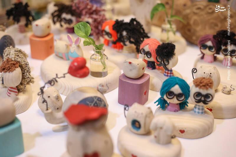 در دالان انتهایی کتابفروشی، میزی است که رویش این عروسک ها و کاردستی های چوبی قرار دارد. رضایی از فعالان فروشگاه کیهان که حالا به ما پیوسته می گوید که یکی از دوستانش از کارگاه تولید این محصولات در شیراز بازدید کرده که حدود 50 نفر در آن مشغولند. هر وقت هم که به آنها سفارش بدهیم، شش ماه بعد سفارشمان آماده می شود!