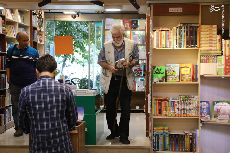 جالبیِ فروشگاه کیهان، تنوع مخاطبانش در سنین مختلف است. شاید خیلی از این افراد مسن و عصا به دست، به دنبال خاطرات گذشته شان وارد این فروشگاه می شوند...