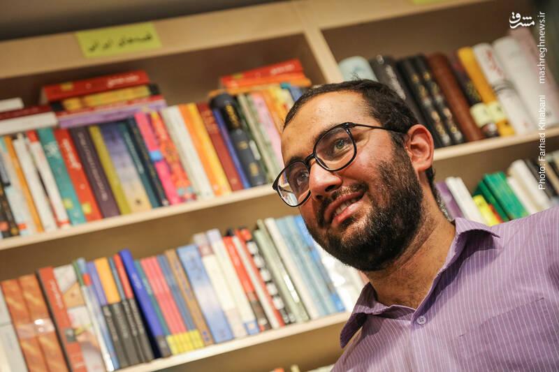 حالا دیگر «علی محبی» هم سر می رسد. مدیر پویا و تلاشگر کتابفروشی کیهان که کتاب خوانی اش بیشتر از کتابفروشی اش باید مورد توجه قرار بگیرد. همان رنجی که مدت هاست گریبان فرهنگ را گرفته؛ یعنی کتابفروشانی که کم کتاب می خوانند!