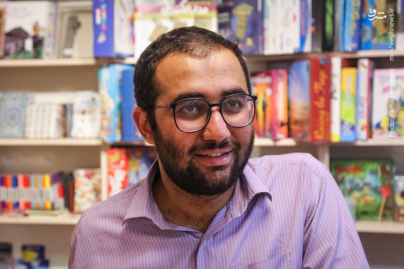 بیشتر از نیمی از فروشگاه را پشت سر گذاشته ایم اما علی محبی مثل همان لحظات اول، پر انرژی است و درباره کتاب ها نکات جالبی می گوید که خیلی هایش برای ما هم تازگی دارد.