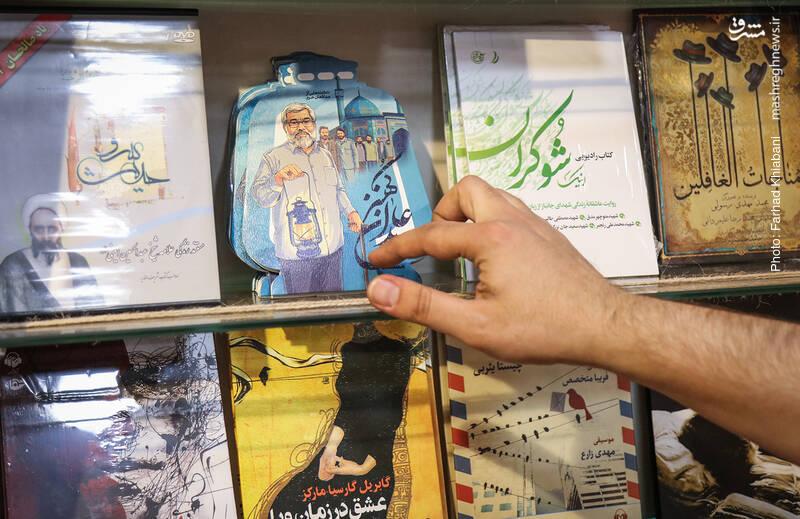قفسه داستان های ایرانی که تمام می شود، قفسه کم جانی از سی دی ها را می بینیم که در گذشته، جاندارتر بود. علی محبی می گوید رویکرد مردم به سی دی خیلی کم شده و دیگر استقبال خوبی از این محصولات نداریم، چون مردمدر خانه هایشان جایی برای نگهداری آن ندارند. او پیشنهاد می دهد اما به هر صورت که شده، مستند «عابدان کهنز» را ببینیم. مستندی درباره مدافعان حرمی که از یک مسجد در شهریار پاگرفته اند...