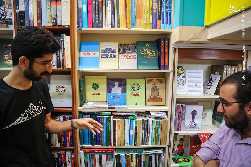 قفسه بعدی، کتاب های ویژه امام و رهبری است. قفسه ای پر و پیمان که اتفاقا جدا کردن آن ها باعث شده که تعدادی از این کتاب ها در لیست پرفروش های این فروشگاه دیده شوند.