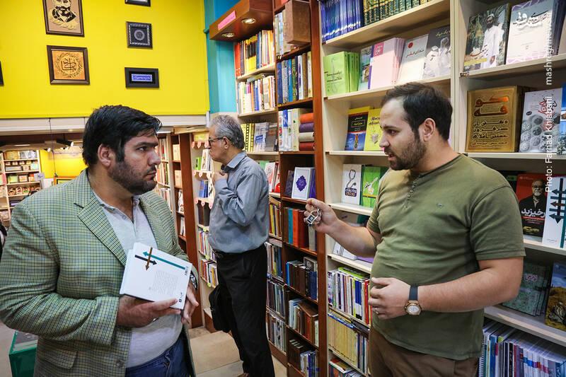 آن یک «علی» که کتاب مرحوم صفایی را آورده بود و حالا می خواست از فروشگاه برود درباره این کتاب می گوید: این کتاب درباره ربوده شدن جلال شرفی در پانزدهم بهمن ۱۳۸۵ است. او در حال انجام خدمت دیپلماتیک در خیابان عرصات هندیه بغداد، به دست عدهای تروریست ربوده میشود و در فروردین ۱۳۸۶ از سیاه چال آنها فرار میکند و موفق میشود خود را به سفارت ایران برساند... در این کتاب به زندگی سخت بازداشتگاهی یک اسیر و نقشه فرار وی پرداخته شده است.