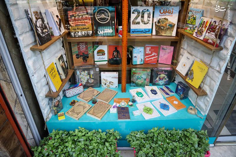 به ویترین متنوع کتابفروشی کیهان که اتفاقا خیلی هم شلوغ نیست نگاهی می اندازیم و وارد می شویم.