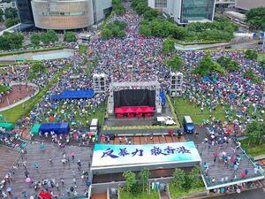 عکس/ تظاهرات هزاران نفر در حمایت از پلیس هنگ کنگ