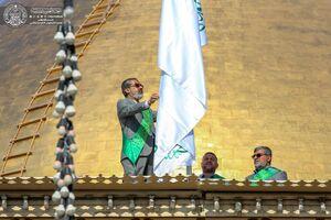 عکس/ تعویض پرچم ایوان طلای حرم علوی(ع)
