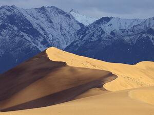 بیابانی احاطه شده در کوههای برفی!