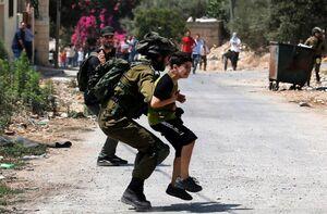 عکس/ بازداشت کودک فلسطینی توسط صهیونیستها