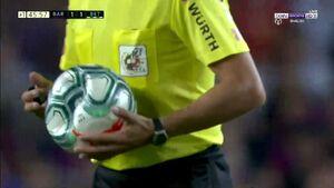 عکس/ پنچر شدن توپ دیدار بارسلونا و بتیس