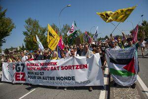 پرچم فلسطین در دست معترضان فرانسوی