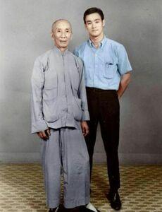 عکس یادگاری بروسلی با استادش