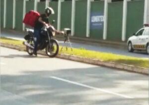فیلم/ عصبانیت عجیب موتورسوار از دوربین پلیس!