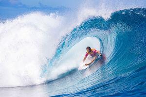 عکس/ موج سواری در آب های خروشان