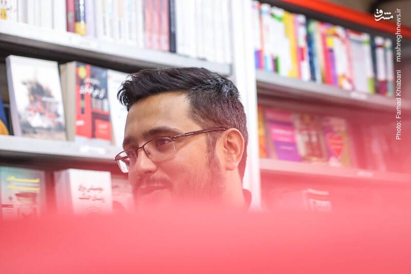 محمد شفیعی را بیشتر فعالین حوزه کتاب در جبهه فرهنگی انقلاب می شناسند. او هم کتابخوانی حرفه ای است و هم در جریان شناسی کتاب ها ید طولایی دارد. اقدامات او در پویش کتابخوانی روشنا و فعالیتش در حوزه های مختلف کتاب، او را به فردی سرشناس در این حوزه بدل کرده که کارش را خوب می شناسد و بلد است. او این روزها در انتشارات جامجم مشغول است.