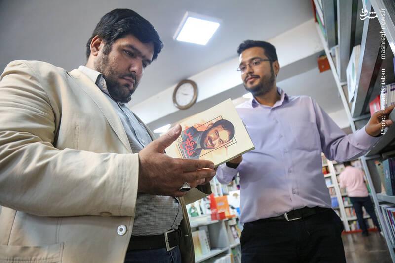 کتاب «فاتح قدس» نظرم را جلب می کند. محمد شفیعی می گوید این کتاب برای نشر معارف است و تحقیق و تنظیمش با محمدحسین علیجان زاده روشن بوده است.