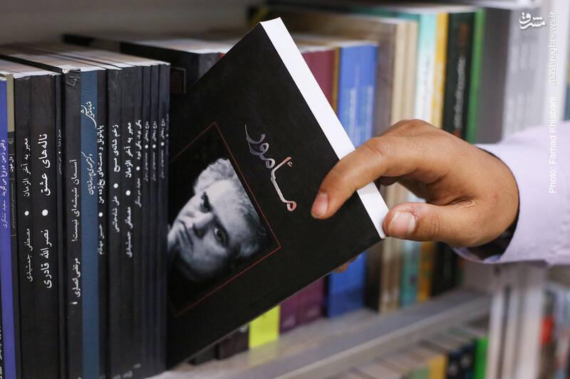 در قفسه های ادبیات، محمد شفیعی کتاب «مامور» از علی موذنی را برمی دارد و حکایت کاندیدا شدن این کتاب برای جایزه جلال و برخی حاشیه های پیرامونش را تعریف می کند.