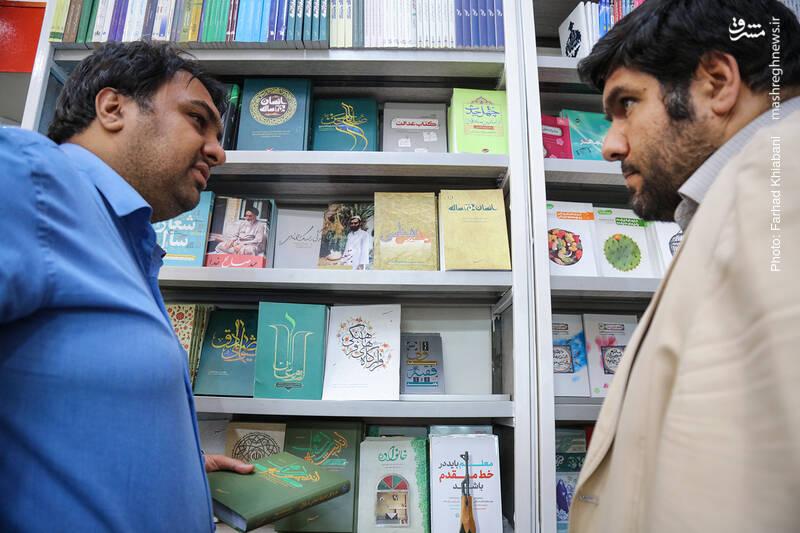 وقتی به کتاب «اندیشه اسلامی» می رسیم، علت پرفروش شدنش را از سید می پرسم که می گوید پویش های مردمی و تدریس این کتاب در برخی دانشگاه ها، علت پرفروش شدن این کتاب است.