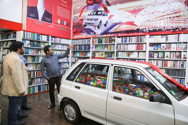 احسان رضایی مدیر پاتوق، درباره قرعه کشی و جوایزی که به مخاطبان فروشگاهشان می دهد و بنری که روی دیوار نصب شده، توضیحاتی ارائه می کند.