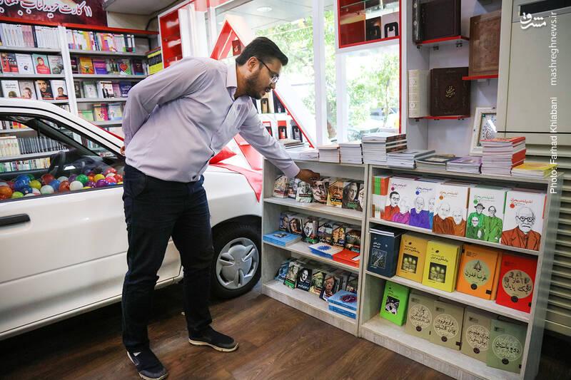در انتهای فروشگاه هم قفسه نیم قدی گذاشته اند که پر است از آثار شهریار زرشناس در موضوعات مختلف فکری و فلسفی. کتاب هایی ارزشمند و ارزان که حتما به خاطر اقبال زیادش در اینجای فروشگاه گذاشته شده اند.