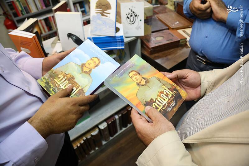 سید وحید مداح در انتشارات یقظه، داستان دو جلدی «ادموند» را هم به چاپ رسانده که حاصل قلم آمنه پازکی و اولین رمان عاشقانه مهدوی است. شخصیت اصلی این داستان شخصی به نام ادموند است؛ ادموند پارکر، جوانی مسیحی از خانواده ای بسیار معروف و سرشناس انگلیسی، دکترای رشته حقوق و از دانشجویان نخبه است. در مسیر دشوار رسیدن به حقیقت، دختر جوان مسلمانی سر راهش قرار می گیرد که...