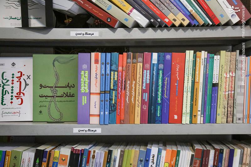 او درباره کتاب های اندیشه ای که این سوی فروشگاه نگهداری می شود هم توضیحاتی می دهد.
