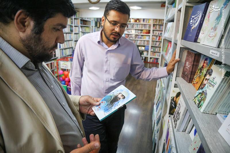 از میان کتاب های نشر معارف، کتاب «بر مدار حرم» درباره شهید مدافع حرم، مرتضی کریمی هم جلب توجه می کند.