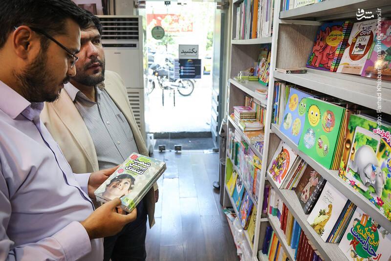 اولین قفسه ها برای کتاب های کودک و نوجوان است؛ و چه کاری سخت تر از انتخاب کتاب خوب از بین آن ها. شفیعی از بین آن ها کتاب «شصت پرسش اعتقادی» که جوابهایی کودکانه به سئوال های اعتقادی است را برای معرفی از قفسه برمی دارد. کتابی به کوشش انتشارات کتاب جمکران.