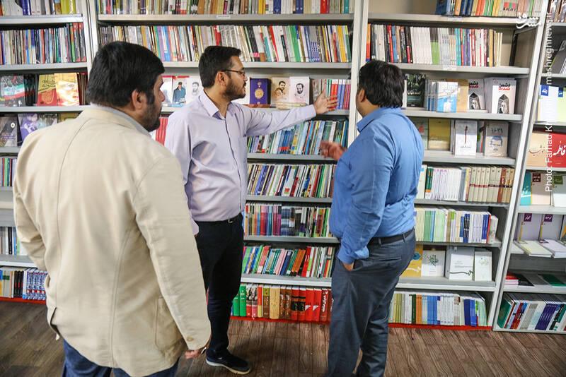 و حالا نوبتی هم که باشد، نوبت کتاب های انقلاب و دفاع مقدس است که در قفسه های ضلع شمالی قرار گرفته اند.