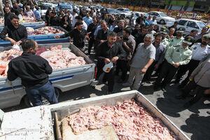 عکس/ برخورد تعزیرات با متخلفین بازار مرغ