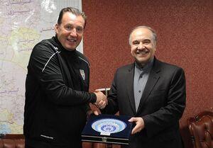 اهدای پیراهن شماره ۱۰ تیم ملی به وزیر ورزش