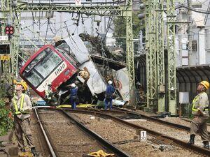 عکس/ برخورد کامیون و قطار تندرو در ژاپن