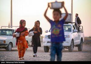 عکس/ توزیع غذای نذری در مناطق محروم