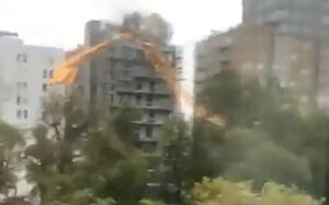 فیلم/ سقوط جرثقیل غول پیکر بر اثر طوفان