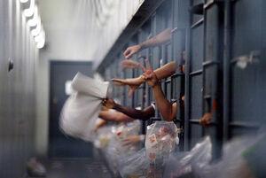 رفتار خشونت آمیز با زندانیان