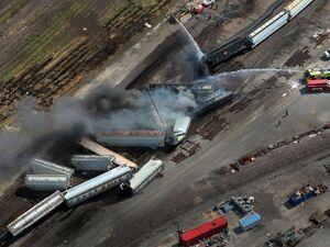 عکس/ خروج قطار باری از ریل در آمریکا