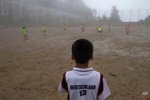 فوتبال کودکان زیر باران
