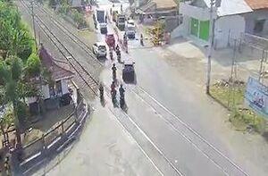فیلم/ لِه شدن خودرو در تصادف با قطار!