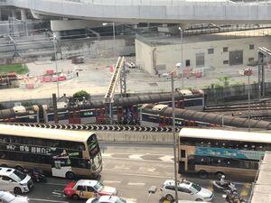 عکس/ خارج شدن قطار از ریل در هنگ کنگ