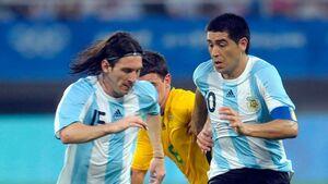 مسی پیراهن بوکاجونیورز را بر تن میکند