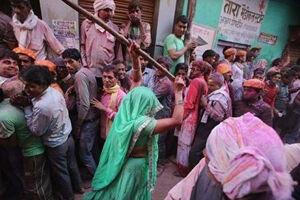 فیلم/ وقتی هندیها با چوب به جان هم میافتند!