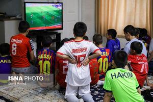 عکس/ تماشای دربی در کنار کودکان بهزیستی