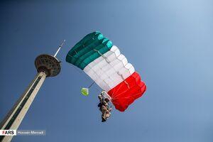 عکس/ پرش چتربازان نیروهای مسلح از برج میلاد