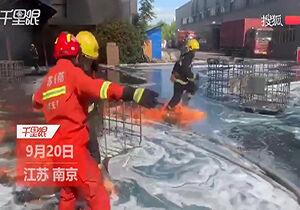 فیلم/ آتش گرفتن لباس آتشنشانان حین عملیات