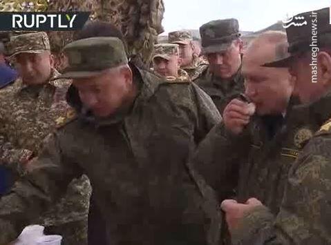 فیلم/ پوتین طعم غذای سربازان روسی را چشید
