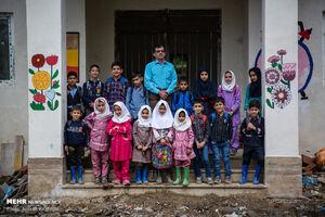 دانش آموزان روستای اسبو در مدرسه جدید