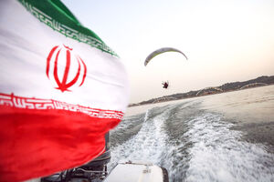 عکس/ پرواز خلبانان فوق سبک بر فراز دریاچه چیتگر