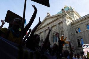 فیلم/ تظاهرات در آرامترین کشور جهان