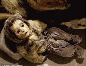 عکس/ کودکی که زنده زنده دفن شد!