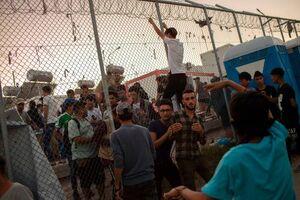 عکس/ آتشسوزی و درگیری در اردوگاه پناهجویان یونان